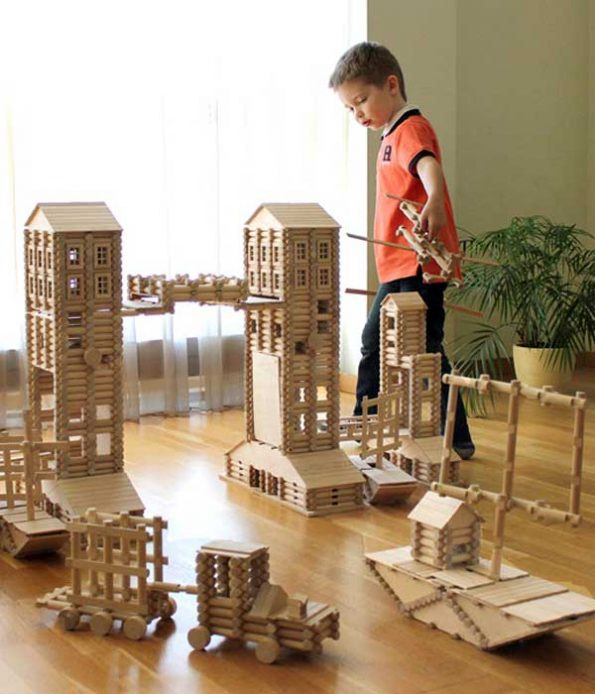 Play and imagine with wooden toys